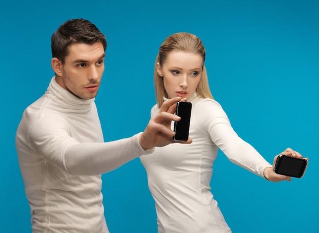 Картина мужчины и женщины с современными гаджетами