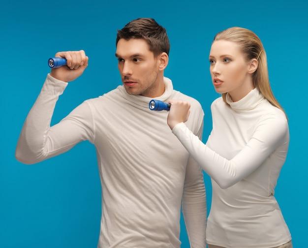 Изображение мужчины и женщины с карманными фонариками