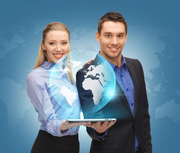 Изображение мужчины и женщины с планшетным пк и виртуальный глобус.