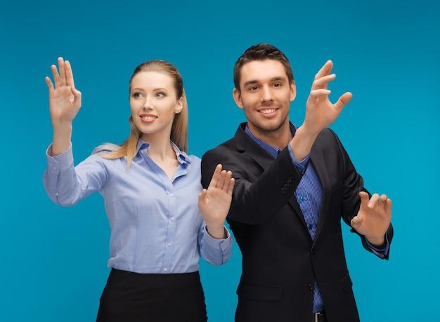 架空の何かで働いている男性と女性の写真。