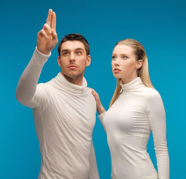 架空の何かで働いている男性と女性の写真