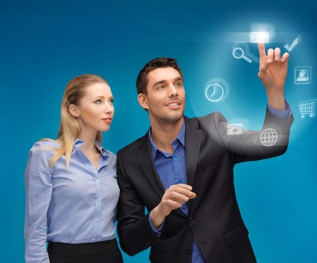 仮想画面で作業している男性と女性の写真