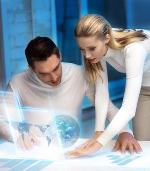 Изображение мужчины и женщины, работающих с виртуальным экраном