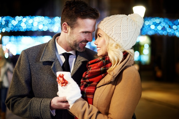 小さなプレゼントで女性に授けられた男性の写真