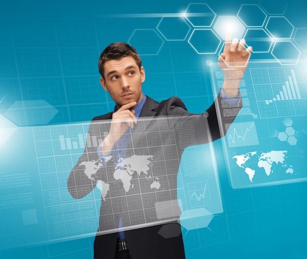 Изображение человека в костюме, работающего с виртуальными экранами