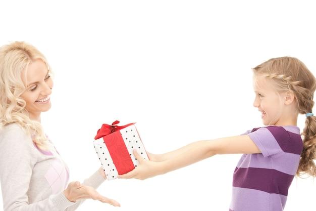 어머니와 선물을 가진 어린 소녀의 사진