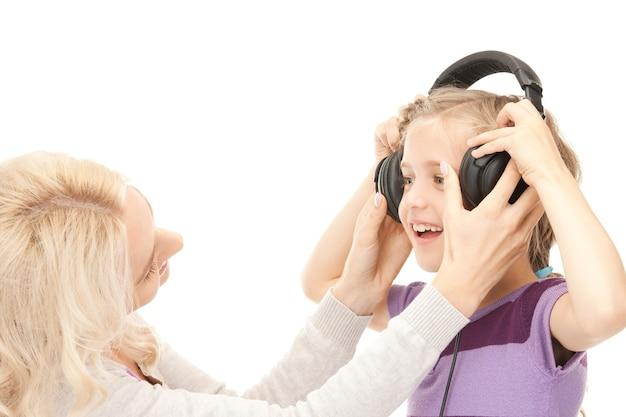 ヘッドフォンで母と少女の写真