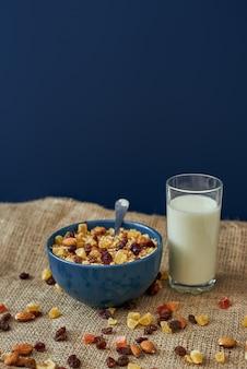아침에 건강에 좋은 우유 한 잔 또는 아침 식사가 포함된 뮤즐리 그릇 사진