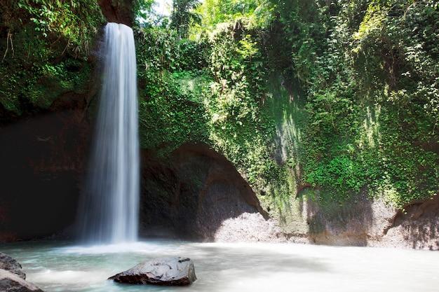 バリ島の自然と美しいティブマナの滝の写真