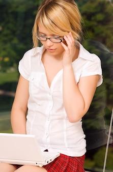 노트북 컴퓨터와 사무실 여자의 그림