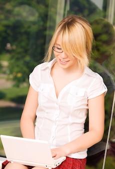Картина офисной девушки с портативным компьютером