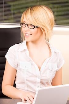 ラップトップコンピューターとオフィスの女の子の写真