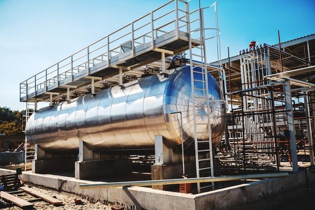 製油所の石油タンクの写真。