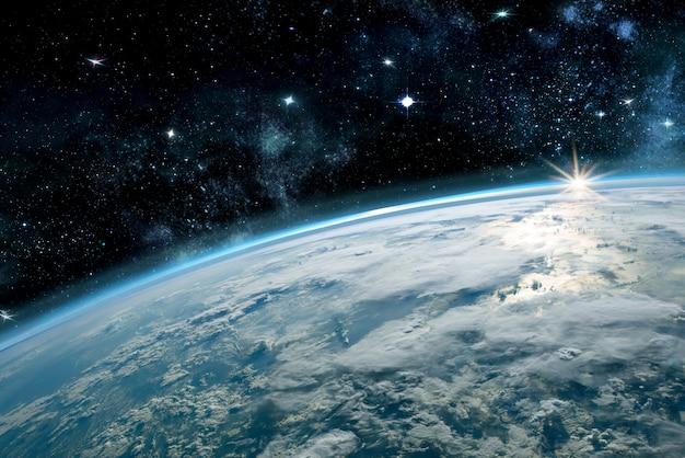 Изображение планеты земля в космосе. кругом звезды и туманности. элементы этого изображения предоставлены