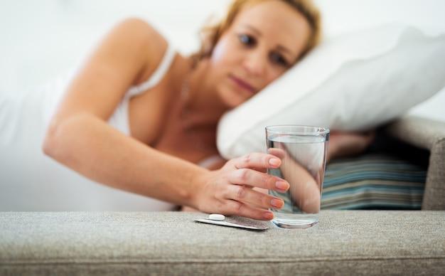 집에서 약을 복용하는 임산부 사진