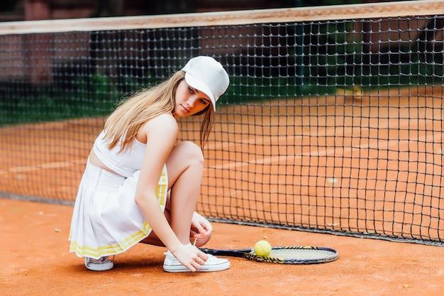 테니스 코트에 예쁜 여자 넥타이 끈의 그림.