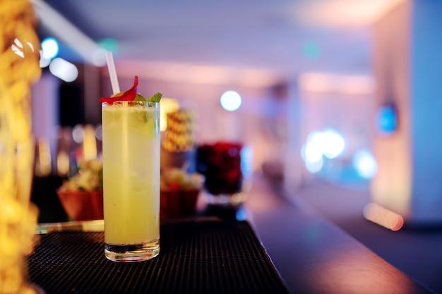 バーでさわやかなカクテルの写真。
