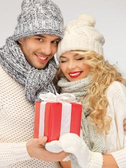 Картина романтической пары в свитере с подарочной коробкой
