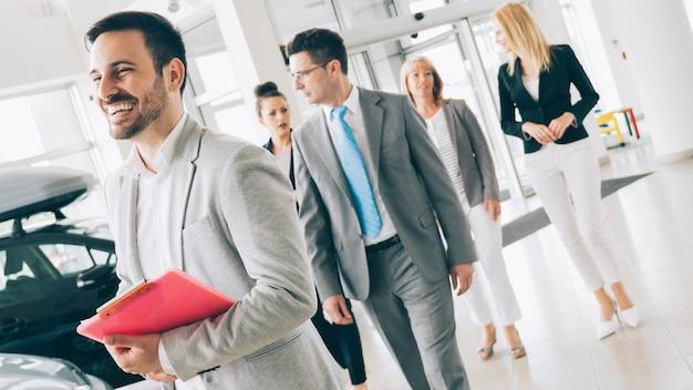회사 사무실에서 함께 일하는 판매 대리인의 사진