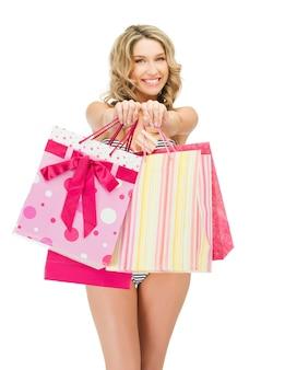 ショッピングバッグとビキニの魅惑的な女性の写真