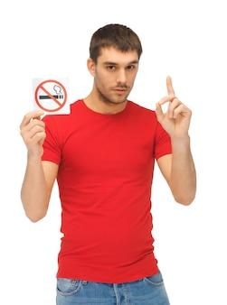 Изображение серьезного человека в красной рубашке со знаком не курить.