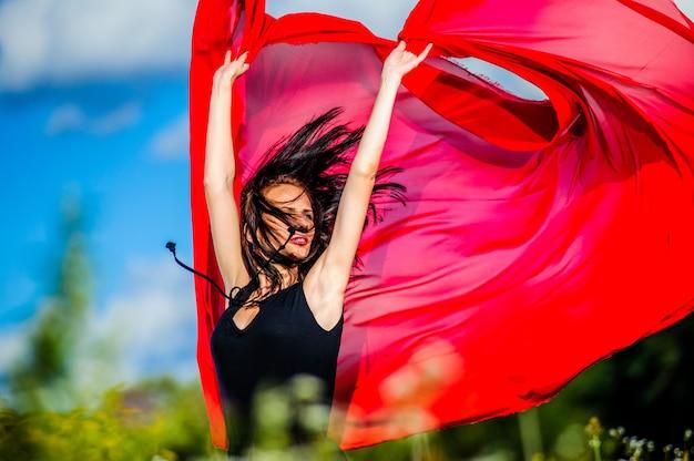 赤い布でセクシーなヤン暗い髪の女性の写真。