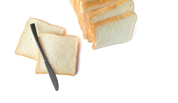 白い孤立した背景の上の朝食のためのスライスされた柔らかくて粘着性のあるおいしい白パンの画像