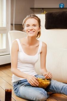 Картинка улыбающейся девочки-подростка с чипсами и колой