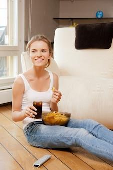Изображение улыбающейся девочки-подростка с пультом дистанционного управления