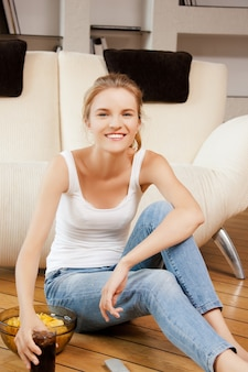 Изображение улыбающейся девочки-подростка с дистанционным управлением