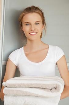 タオルで笑顔の10代の少女の写真