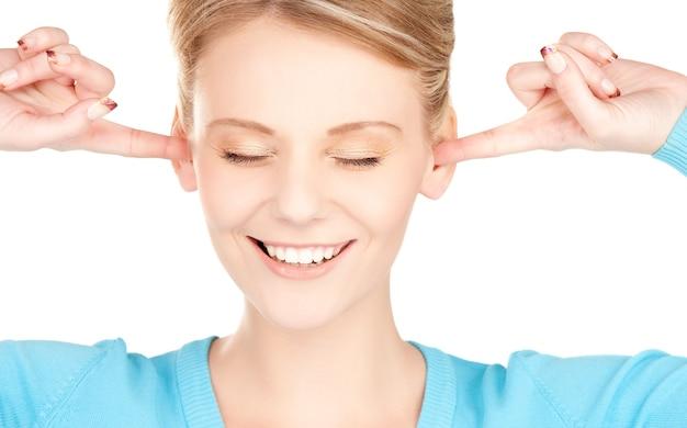 耳に手を添えて笑顔の女性の写真