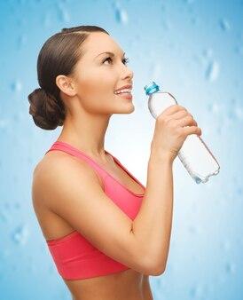 Изображение спортивной женщины с бутылкой воды