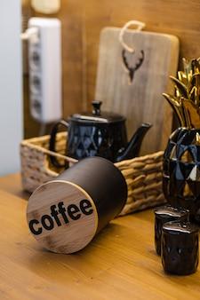 갈색 테이블과 커피 한 병이 있는 많은 주방 용품이 있는 편안한 주방 사진