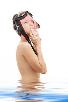 水中のトップレスピンクの髪の少女の写真