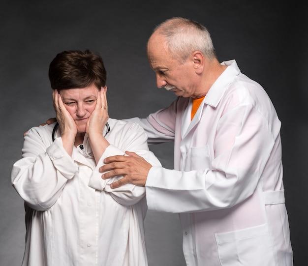 Фотография двух старших врачей. стресс
