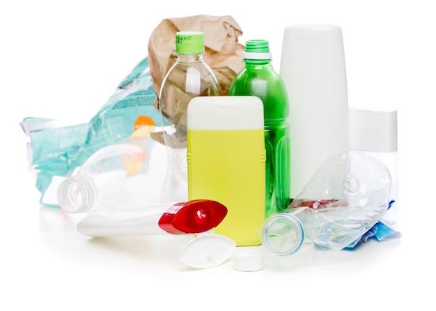 Изображение использованных пластиковых бутылок на белом