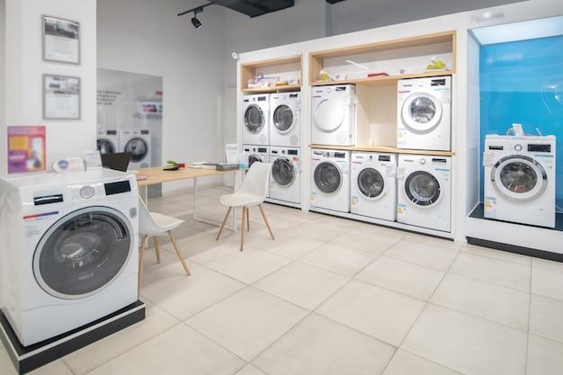 大きなショールームの洗濯機の写真