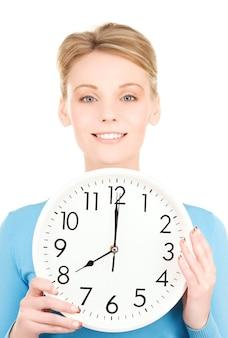 Картина женщины, держащей большие часы над белой