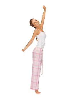 Картина женщина в пижаме делает утреннюю зарядку