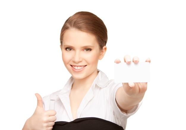 白の上の名刺を持つ女性の写真