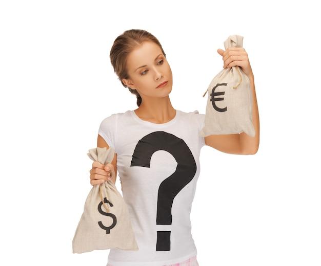 Изображение женщины с сумками, подписанными долларом и евро