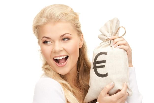 ユーロで署名されたバッグを持つ女性の写真
