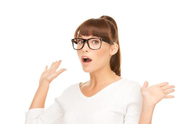 Картина женщины с выражением удивления на лице