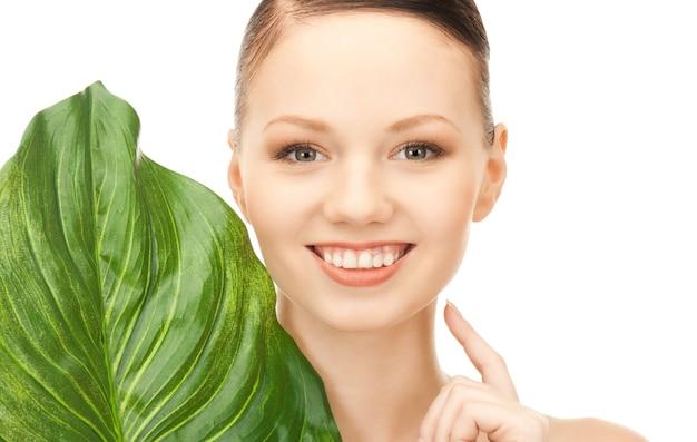 Картина женщины с зелеными листьями на белом