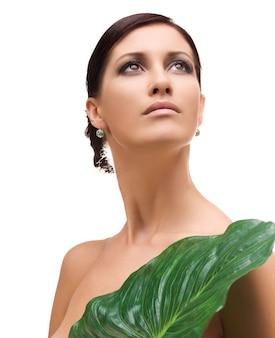 흰색 위에 녹색 잎을 가진 여자의 그림