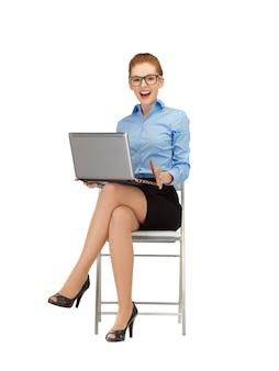 Картина женщины с портативным компьютером в спецификациях