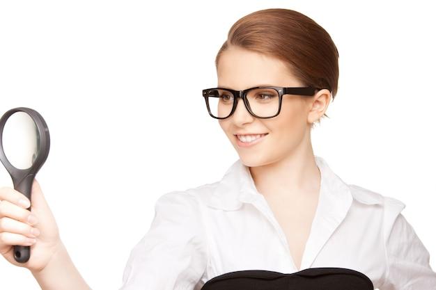 흰색 위에 돋보기를 가진 여자의 그림