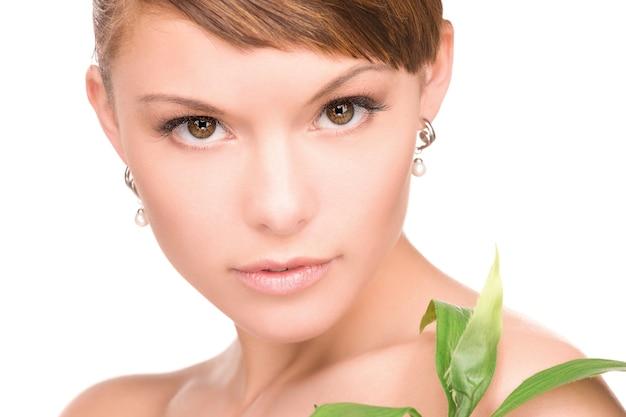 白の上の芽を持つ女性の写真