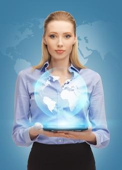 タブレットpcと仮想地球を持つ女性の写真
